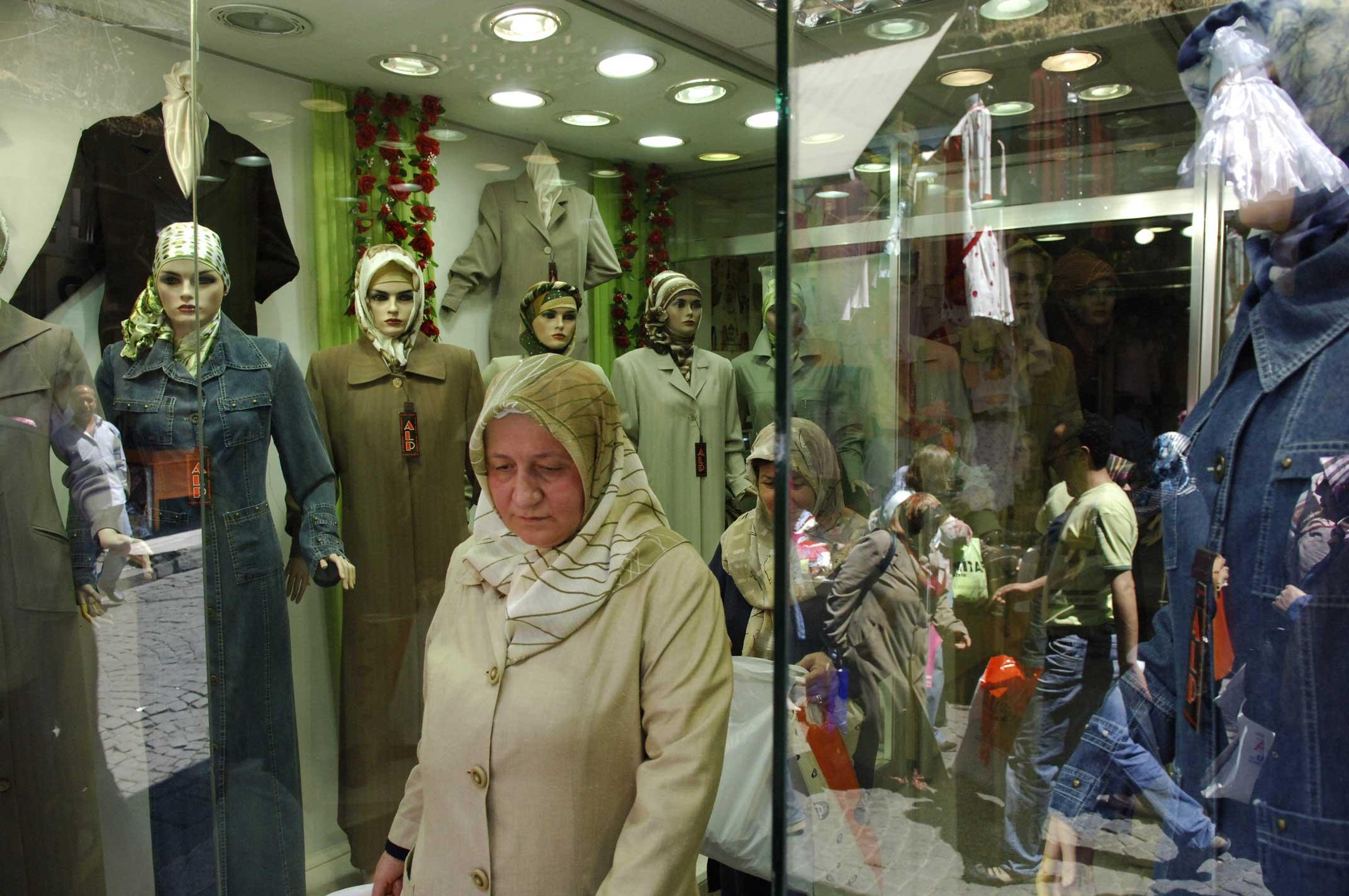 Ihr starrer Blick – mal freundlich, mal aggressiv – gehört in Istanbul zum festen Strassenbild. Jeder Laden, ob im Grossen Basar oder im Szeneviertel Beyöglü besitzt mehrere von ihnen: Schaufensterpuppen. Sie sind die am schlechtesten bezahlten Models der Welt und tragen doch die teuersten Designerstücke. Hergestellt werden sie in aufwändiger Handarbeit in einem Vorort von Istanbul...