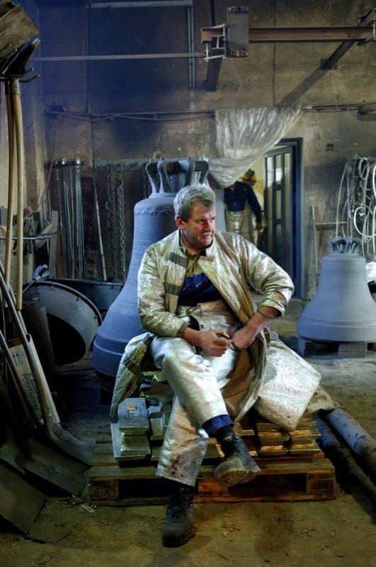 """Rudolf Perner hat einen ausgefallenen Beruf: er ist Glockengiesser. Sein Familienunternehmen in Passau bestückt seit 300 Jahren Kirchen in aller Welt mit den riesigen """"Klangkörpern"""". Mit seinen 50 Mitarbeitern schafft er 200 Glocken pro Jahr. Vom ersten Klumpen Lehm für die Form bis zur fertigen Glocke im Kirchturm vergeht fast ein halbes Jahr. Ein aufwändiges und risikoreiches Geschäft – denn ob das Werk geglückt ist und das Musikinstrument klingt wie berechnet, zeigt sich erst nach Monaten bangen Wartens. Wenn die Glocke aus der Erde gehoben wird..."""