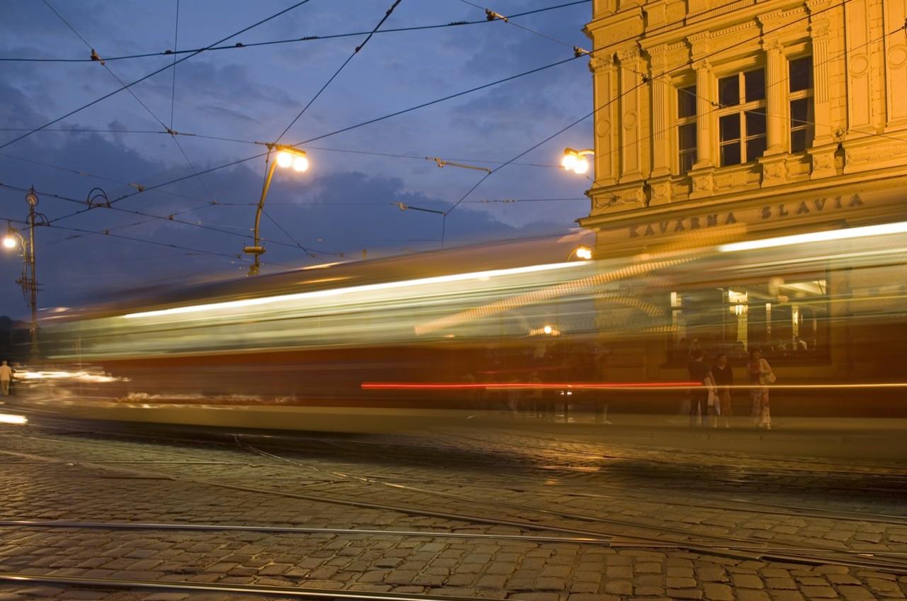 In nur 68 Minuten fährt die Linie 22 einmal quer durch Prag. Von den tristen Arbeitervierteln in den Außenbezirken, vorbei am Nationaltheater, auf der Legionenbrücke über die Moldau bis hin zum Hradschin, der Prager Burg – genau 41 Stationen sind es von Bilá Hora (dem Weißen Berg) im Westen bis zum Bahnhof Hostivař im Osten der Stadt. Für ein paar Kronen erlebt man einen ganz besonderen Blick auf Glanz und Alltag der Stadt.